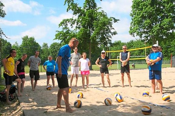 Hobbyvolleyballer-Volleyball-im-warmen-Sand_image_575x382_wn